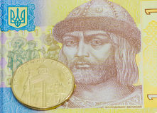 Mynta en ukrainsk hryvnia mot en bakgrund av fragmentbanken Arkivbild