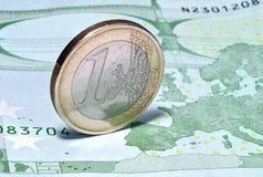 Mynta ett euro på sedeln av hundra euro Royaltyfria Foton