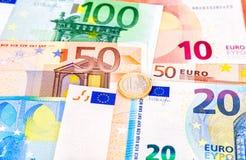 Mynta ett euro som ligger på sedlar för en eurovaluta Royaltyfria Foton