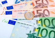 Mynta ett euro som ligger på sedlar för en eurovaluta Royaltyfri Bild
