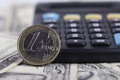 Mynta eurocloseupen, räknemaskin på bakgrunden av sedeldollar Royaltyfri Bild
