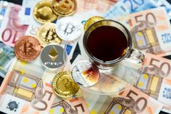 Myntar Bitcoin - crypto valuta och traditionella pengar Valet av den moderna världen Investeringar digital betalning för cryptocu arkivfoton