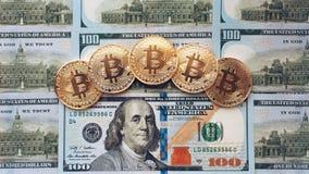 Myntar bitcoin, där är pengar, bordlägger på en anmärkning av 100 dollar Sedlarna är fördelade ut på tabellen i ett löst Arkivbilder