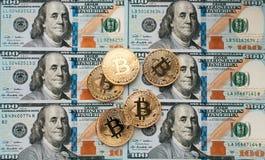 Myntar bitcoin, där är pengar, bordlägger på en anmärkning av 100 dollar Sedlarna är fördelade ut på tabellen i ett löst Royaltyfria Foton