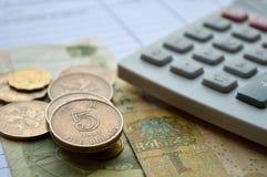 Myntar dollaren Hong Kong med räknemaskinen för affär Royaltyfri Fotografi