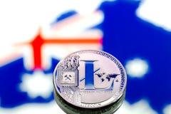 Myntar litecoin, mot bakgrunden av Australien och Austen Royaltyfri Fotografi