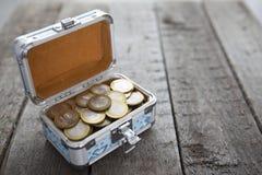 Myntar pengar i liten ask på tabellen ruble Arkivbild