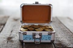 Myntar pengar i liten ask på tabellen ruble Arkivfoto