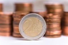 Myntar pengar på en vit bakgrund royaltyfri foto