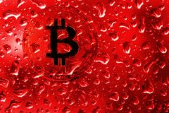 Myntbitcoin bak exponeringsglas med röda droppar arkivbild