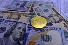 Myntbitcoin ligger på sedlar och täcker med nummer Arkivbilder
