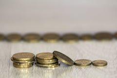 Myntbunt- eller pengarbunt och rad av myntet på trätabellen Finansiellt affärstillväxtbegrepp Investering- och besparingbegrepp Royaltyfria Bilder