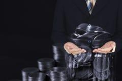 Myntbuntar och pengar f?r guld- mynt i exponeringsglaskruset p? m?rk bakgrund, f?r sparande inf?r framtiden av packa ihop finansb royaltyfria foton