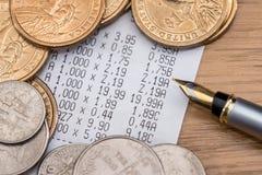 Myntdollar med penn- och ställningkvittot Royaltyfri Fotografi