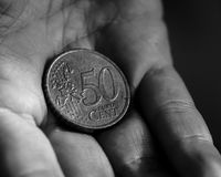 Myntet för cent för euro 50 i gömma i handflatan av en kvinnlig räcker B Royaltyfri Bild