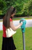 Myntet går i parkeringsmeter Royaltyfria Bilder