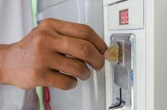 Mynttvagningmaskiner Myntpackning och tork med inbyggd lön arkivbild