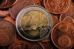 Myntvärde två euro är på mynt bank repet för anmärkningen för pengar för fokus hundra för euroeuros fem fotografering för bildbyråer