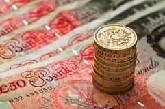 myntvaluta femtio pund staplar ett pund sterling uk Arkivfoto
