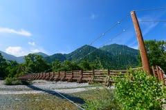 Myojin桥梁和Azusa河在Kamikochi,长野,日本 图库摄影