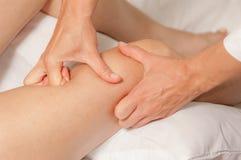 Myotherapy e punti di innesco sul piede dell'atleta Fotografia Stock