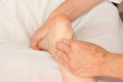 Myotherapy und Triggerpunkte auf Fuß des Athleten Lizenzfreies Stockbild