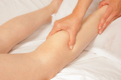 Myotherapy y puntas del disparador en el pie de atleta foto de archivo