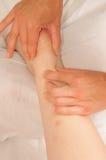 Myotherapy y puntas del disparador en el pie de atleta imagen de archivo