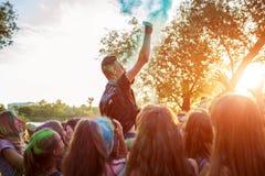 Myrhorod, Украина - 16-ое июня 2019: Группа в составе молодые люди бросая краски на фестивале Holi индейца цветов стоковые фотографии rf