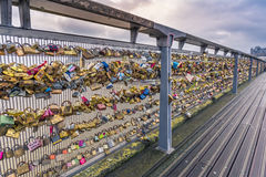 Myriades de serrures sur une balustrade de fer d'un pont Photos stock