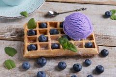 Myrtille de crème glacée sur une gaufre belge sur une surface en bois Gaufres faites maison délicieuses avec la crème glacée de f photographie stock libre de droits