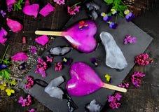 Myrtille et myrtilles de crème glacée avec des fleurs Photos libres de droits