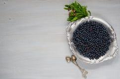 Myrtille fraîche du plat argenté de vintage tout préparé sur le fond gris de cuisine avec l'espace de copie Concept sain de nourr image stock