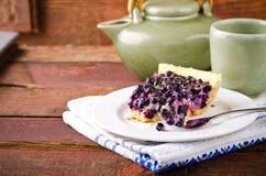 Myrtille, tarte de myrtille avec la lavande du plat blanc, fond en bois Photographie stock