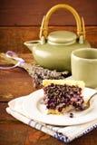 Myrtille, tarte de myrtille avec la lavande du plat blanc, fond en bois Images stock