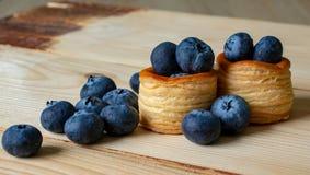 Myrtilles avec des paniers de pâte photos libres de droits