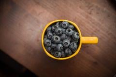 Myrtilles dans une cuvette photographie stock