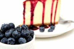 Myrtilles et gâteau au fromage frais Photographie stock libre de droits