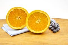 Myrtilles et orange de coupe dans de fruit toujours la vie Photographie stock