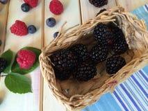 Myrtilles fraîches du plat blanc et du tissu bleu de cuisine Photos libres de droits
