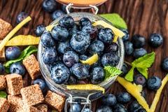 Myrtilles fraîches, sucre, citron, menthe photo libre de droits
