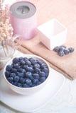 Myrtilles juteuses et fraîches sur la table au matin Photographie stock