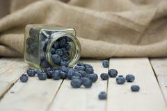 Myrtilles renversées d'un pot Photographie stock libre de droits
