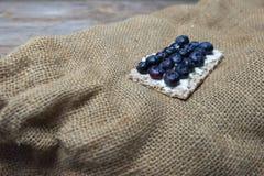 Myrtilles sur le pain croustillant Images stock