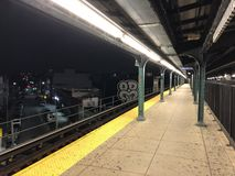 Myrtle - σταθμός τρένου Wyckoff ` Μ ` τη νύχτα στοκ φωτογραφία με δικαίωμα ελεύθερης χρήσης