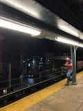 Myrtle - σταθμός τρένου Wyckoff ` Μ ` τη νύχτα στοκ φωτογραφίες