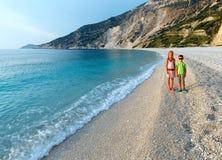 Myrtos海滩的(希腊、Kefalonia,爱奥尼亚海)孩子 免版税图库摄影