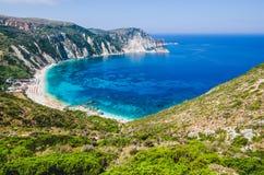 Myrtos fjärd och strand på den Kefalonia ön, Grekland royaltyfri fotografi