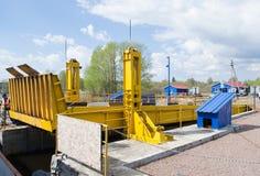 MYSHKIN, RUSLAND - MEI 04, 2016: De veerbootdokken aan de kust Royalty-vrije Stock Foto's