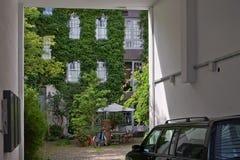 Mysig borggård av en gammal bostads- byggnad i Hamburg, Tyskland Royaltyfri Fotografi